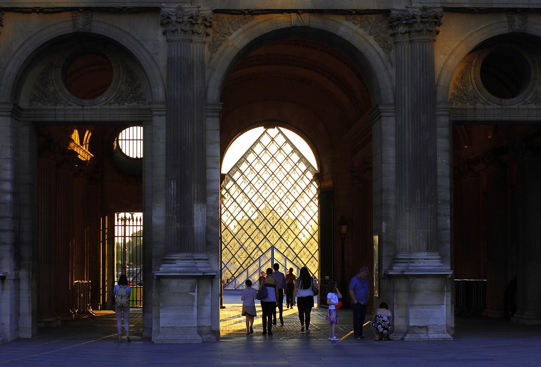 [1]卢浮宫,这个举世闻名的地方,有着迷人的魅力。和罗马一样,卢浮宫不是一日建成的.jpg